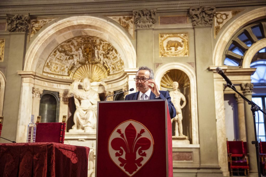 """Antoine Gaber, Director Artístico de la Exposición Taller de Arte Infantil y Adolescente """"Water for Life"""", durante su discurso en el Palazzo Vecchio, Salone Dei 500, en Florencia, Italia."""