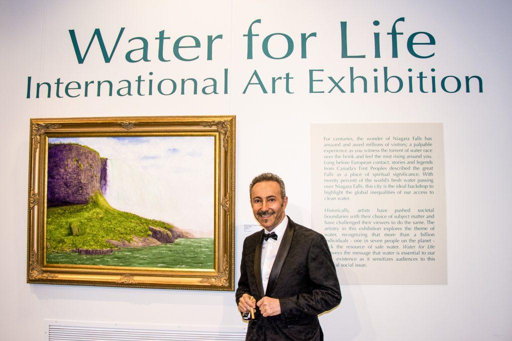 Curador del evento / Director de arte, Antoine Gaber durante la Exposición internacional de arte Water for Life, Primera edición, inauguración en el Museo de Historia de las Cataratas del Niágara, Cataratas del Niágara.